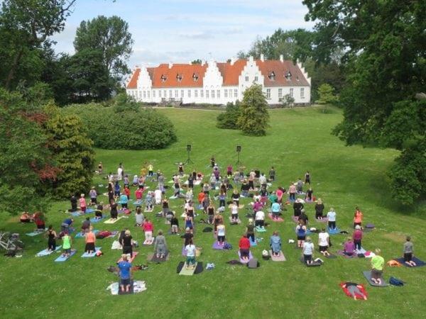 Yogatræning på Rønnebæksholm