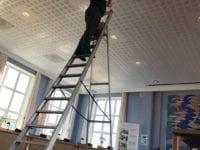 KommuneTV installerer den nye tjeneste i byrådssalen. Foto: Næstved Kommune