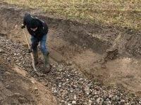 Grusbandemedlem udlægger gydegrus - her i Rønnebækken. Foto: Næstved Kommune.