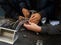 Smed hos EUC Sjælland - Alle tilgængelige hænder blev brugt under smede-opgaven. Foto: EUC Sjælland