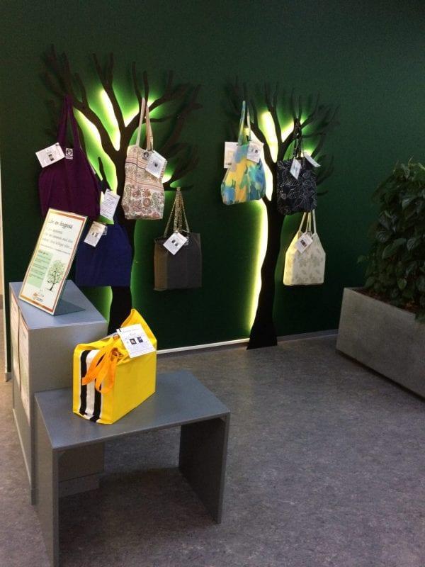 Læsekredssæt i farverige bogposer på biblioteket