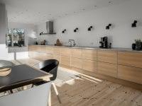 Et syv meter langt køkkenbord i Future-serien, plads til spiseafdeling og lys fra to sider blev resultatet af en renovering af køkkenet i en ældre villa. Tvis Køkkener påtager sig at styre hele ombygningen og montering fra start til slut. (PR-foto: Tvis Køkkener).